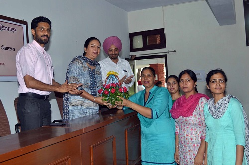 Staff members of Punjabi Dept. and Principal Dr. Khushvinder Kumar welcoming the Chief Guest Dr. Dhanwant Kaur