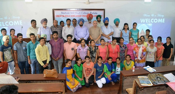 Sh. S. P. Singh Oberoi and administrative officers of Sarbat Da Bhala Trust along with college staff and students who got scholarships.
