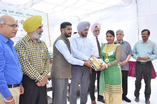 Chief Guest S. Gurpal Singh Chahal, Commissioner, Municipal Corporation, Patiala giving away the prizes.